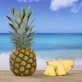Frutta fresca dell'ananas sulla spiaggia e sul mare Fotografia Stock Libera da Diritti