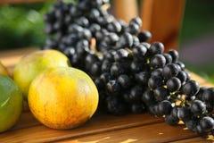 Frutta fresca dell'uva o della bacca in frutteto, frutta pulita o fondo popolare della frutta, frutta del mercato dal frutteto di Fotografie Stock Libere da Diritti