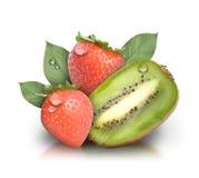 Frutta fresca della fragola del Kiwi su bianco Fotografia Stock