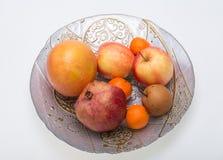 Frutta fresca della miscela sul piatto Immagini Stock