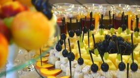 Frutta fresca differente sulla tavola di buffet di nozze Frutti e decorazione della tavola di nozze delle bacche Frutta di ricezi archivi video