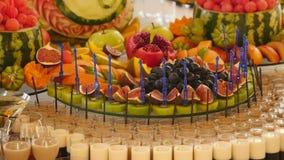 Frutta fresca differente sulla tavola di buffet di nozze Frutti e decorazione della tavola di nozze delle bacche Frutta di ricezi video d archivio
