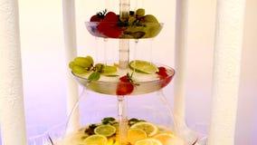 Frutta fresca differente sulla tavola di buffet di nozze Frutti e decorazione della tavola di nozze delle bacche Frutta di ricezi stock footage