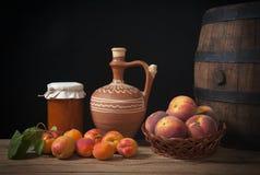 Frutta fresca e brocca ceramica Fotografia Stock