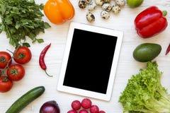Frutta fresca e compressa su un fondo di legno bianco, vista superiore del wirh delle verdure Disposizione piana fotografia stock