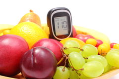 Frutta fresca e metro del glucosio sulla piastrina di legno Fotografia Stock