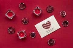 Frutta fresca matura con la lettera di amore sulla vista superiore del fondo rosso Immagine Stock
