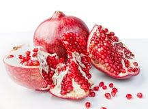 Frutta fresca, matura, organica del melograno su fondo bianco. Fotografia Stock
