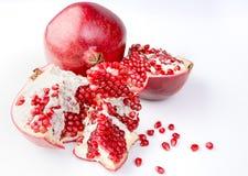 Frutta fresca, matura, organica del melograno su fondo bianco. Fotografia Stock Libera da Diritti
