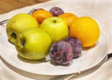 Frutta fresca, mele, prugne, mandarini fotografia stock libera da diritti