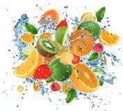Frutta fresca nella spruzzata dell'acqua fotografia stock libera da diritti