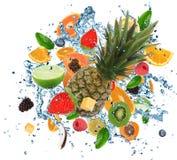 Frutta fresca nella spruzzata dell'acqua fotografie stock