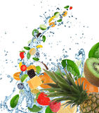 Frutta fresca nella spruzzata dell'acqua Fotografia Stock