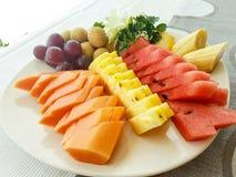 Frutta fresca saporita servita in un piatto immagine stock libera da diritti