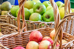 Frutta fresca su esposizione ad un mercato degli agricoltori Fotografia Stock Libera da Diritti