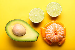 Frutta fresca su fondo giallo Fotografia Stock Libera da Diritti