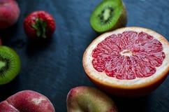 Frutta fresca su un'ardesia Fotografia Stock Libera da Diritti
