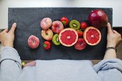 Frutta fresca su un'ardesia Fotografia Stock