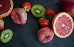 Frutta fresca su un'ardesia Immagine Stock Libera da Diritti
