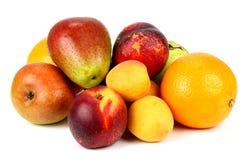 Frutta fresca su una priorità bassa bianca Immagine Stock