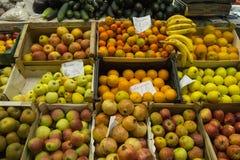 Frutta fresca su una stalla del mercato Immagine Stock