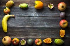 Frutta fresca sui bordi di legno Fotografia Stock
