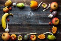 Frutta fresca sui bordi di legno Immagine Stock Libera da Diritti