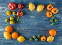 Frutta fresca sul fondo della struttura dei bordi di legno Fotografie Stock Libere da Diritti
