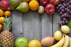 Frutta fresca sulla priorità bassa delle schede di legno Fotografia Stock