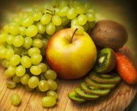 Frutta fresca sulla scheda di legno Immagine Stock