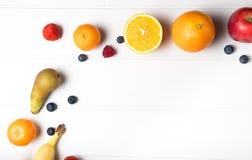Frutta fresca sulla tabella Immagine Stock