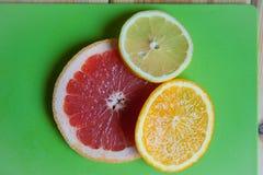Frutta fresca sulla tabella fotografie stock libere da diritti