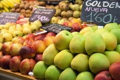 Frutta fresca in un mercato spagnolo immagini stock