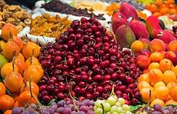 Frutta fresca in un servizio di via Fotografia Stock Libera da Diritti