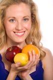 Frutta graziosa della holding della donna Fotografie Stock Libere da Diritti