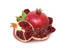 Frutta isolata del melograno Un granato rosso maturo isolato su briciolo fotografie stock