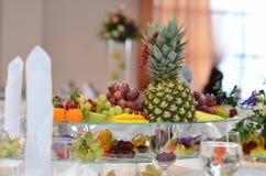 Frutta luminosa sulla tavola festiva Fotografia Stock Libera da Diritti