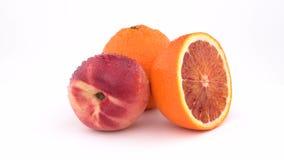 Frutta, mandarino e nettarina arancio succosi con le gocce di acqua che girano sul fondo bianco Isolato Fine in su video d archivio