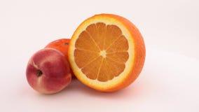 Frutta, mandarino fresco e succoso e nettarina arancio giranti sulla piattaforma girevole Isolato su priorità bassa bianca Fine i archivi video