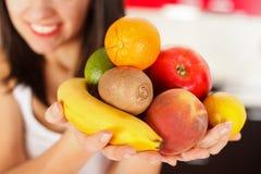 Frutta in mani fotografia stock