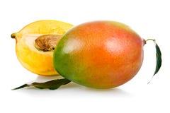 Frutta matura del mango con i fogli immagini stock libere da diritti