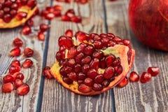 Frutta matura del melograno su vecchio di legno marrone fotografia stock libera da diritti