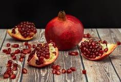 Frutta matura del melograno su vecchio di legno marrone fotografia stock