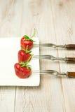 Frutta matura della fragola su un piatto bianco Immagini Stock Libere da Diritti
