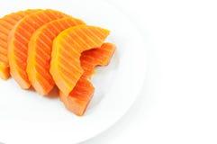 Frutta matura della papaia affettata su un piatto bianco su bianco immagine stock libera da diritti