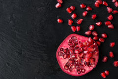 Frutta matura fresca del melograno sul backgrou d'annata di pietra nero bagnato Immagini Stock