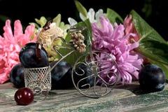 Frutta matura in mezzo di bei fiori Fotografia Stock Libera da Diritti