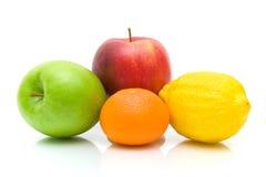 Frutta matura su priorità bassa bianca Immagine Stock