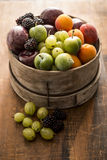 Frutta mista in contenitore di legno Fotografia Stock