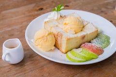 Frutta mista e Honey Toast con il gelato Fotografie Stock Libere da Diritti